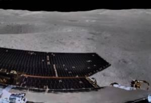 Parte da imagem panorâmica do 'lado escuro' do nosso satélite, registrada pelo veículo-robô levado pela sonda Foto: Reprodução