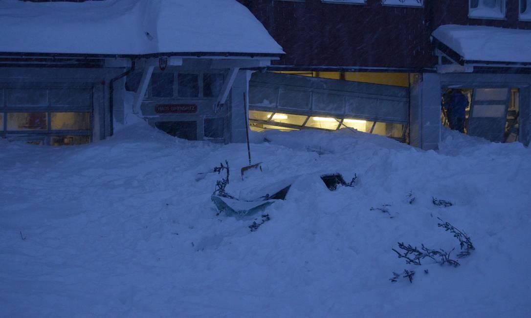 Neve ultrapassou a entrada de um prédio depois da avalanche na montanha Santis-Schwaegalp HANDOUT / REUTERS
