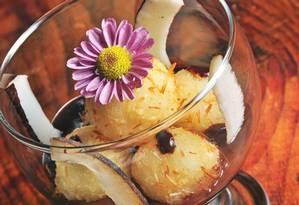 Prestigioso. Os bolinhos são fritos e servidos sobre ganache de chocolate e lascas de coco Foto: Divulgação/Rio ArtCom