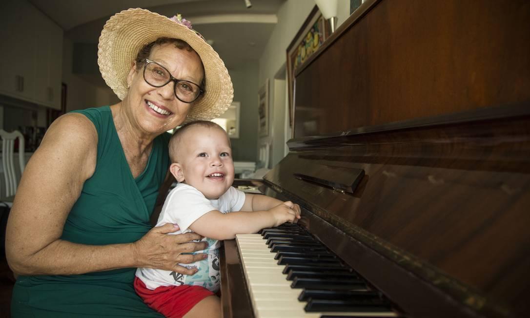 Vovó Linda e seu neto José, para quem recuperou as canções Foto: Guito Moreto