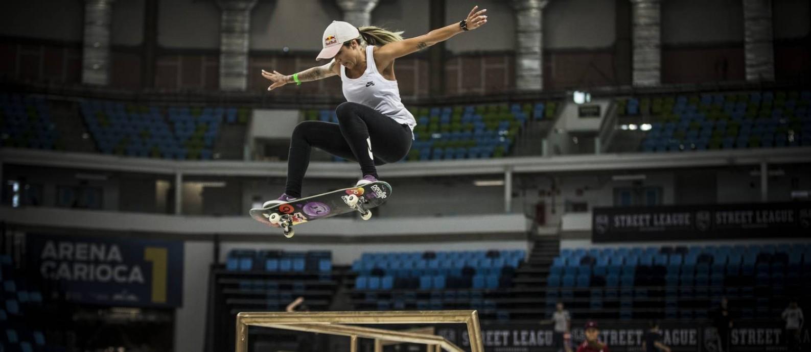 Leticia Bufoni voa durante sessão de treinos para a Street League Skateboarding, na Arena Carioca 1 Foto: Guito Moreto / Agência O Globo