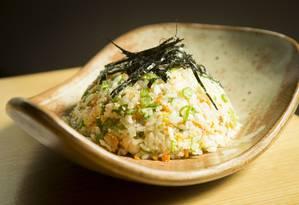 Yakimeshi de camarão, um dos pratos do menu do restaurante Naga, na Barra Foto: Guito Moreto / Agência O Globo