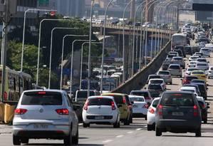 Motorista precisa visitar três páginas diferentes da internet para imprimir a guia referente a cada imposto Foto: Fabiano Rocha / Agência O Globo