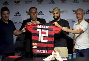 Gabigol recebe a camisa 12 na apresentação no Flamengo Foto: MARCELO THEOBALD