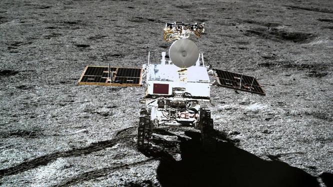 Primeira imagem colorida de alta resolução do veículo-robô Yutu 2 na superfície lunar também foi divulgada hoje Foto: Divulgalção/CNSA