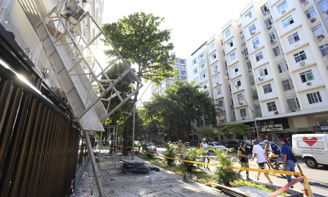 Andaime despencou no Lebon Foto: Roberto Moreyra / Agência O Globo