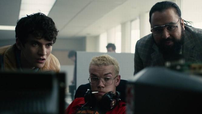 Stefan, Colin e Thakur observam um jogo de Colin em Bandersnatch Foto: Netflix / Divulgação