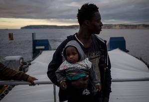 Migrante segura bebê na descida de navio humaniário em Malta, após dias à deriva na espera por acolhimento; Itália se recusa a receber até pequenos grupos pelo seu litoral sul Foto: FEDERICO SCOPPA / AFP