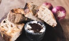 Casa Camolese. De fermentação natural, o Soudagh é uma opção de entrada servida com manteiga de cebola queimada (R$ 15) Foto: Divulgação/Luke Garcia