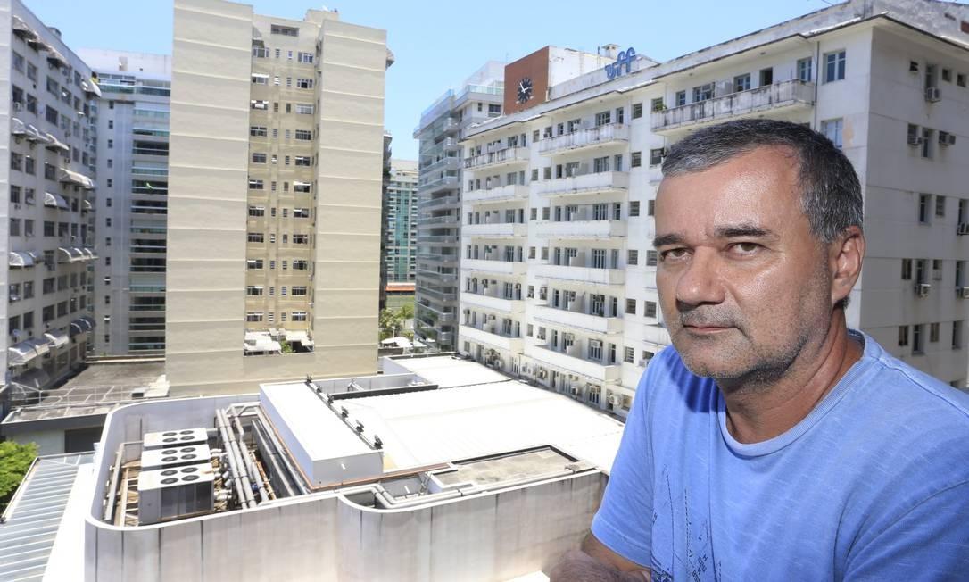 Vizinho incômodo. Paulo Gomes se queixa dos ruídos dos motores do ar-condicionado da UFF, que tomará providência Foto: Roberto Moreyra
