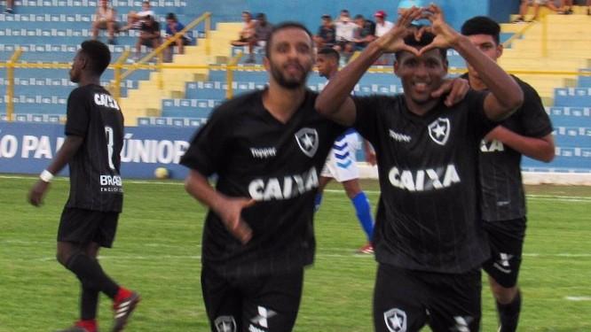 e45607068f Rhuan comemora um dos gols na vitória do Botafogo sobre o Atlântico pela  Copinha Foto