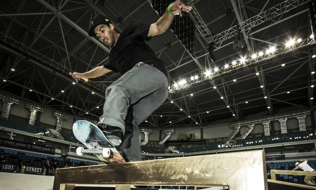 Kelvin Hoefler treina na Arena Carioca 1 para a Street League, o Mundial de Skate street Foto: Guito Moreto / Agência O Globo