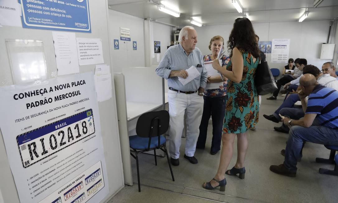 Mudança causou confusão e pessoas procuraram o Detran nesta sexta-feira Foto: Custódio Coimbra / Agência O Globo