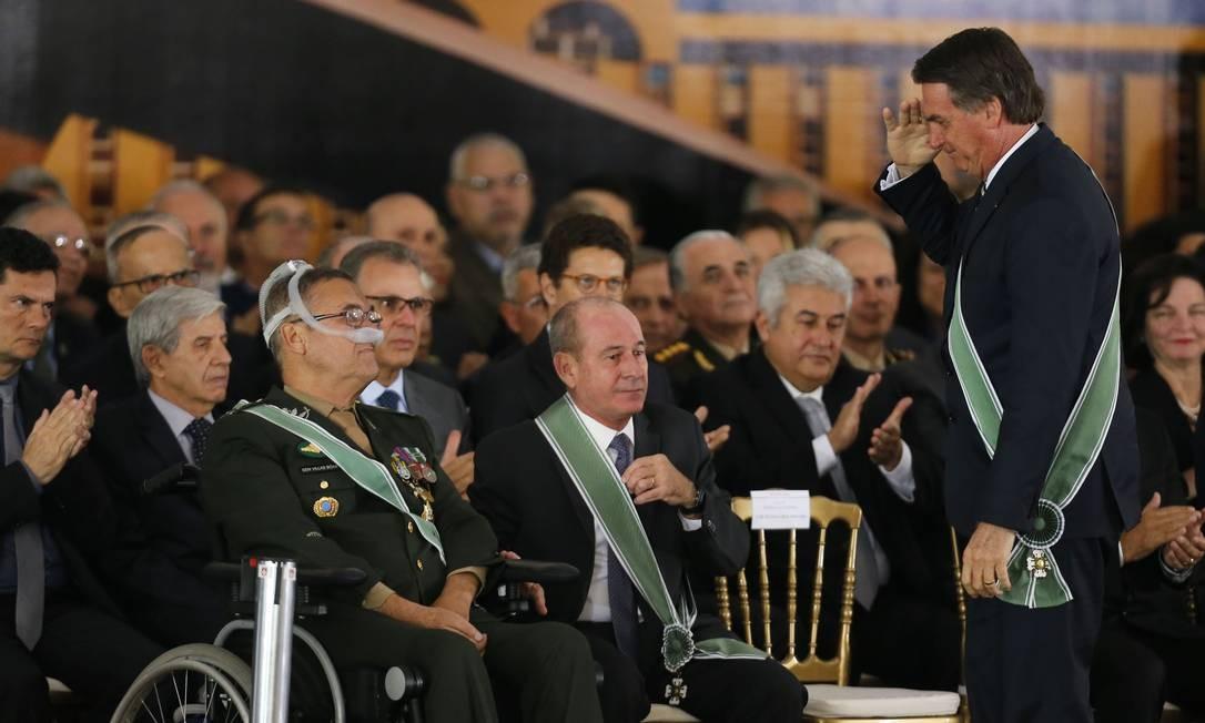 O presidente Jair Bolsonaro cumprimenta o general Eduardo Villas Boas na cerimônia de troca do comando do Exército Foto: Jorge William/Agência O Globo/11-01-2018