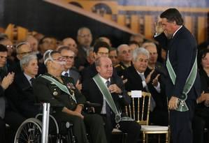O presidente Jair Bolsonaro bate continência para o general Eduardo Villas Boas, de cadeira de rodas, na cerimônia de troca do comando do Exército, no início de seu governo Foto: Jorge William / Agência O Globo/11-01-2018