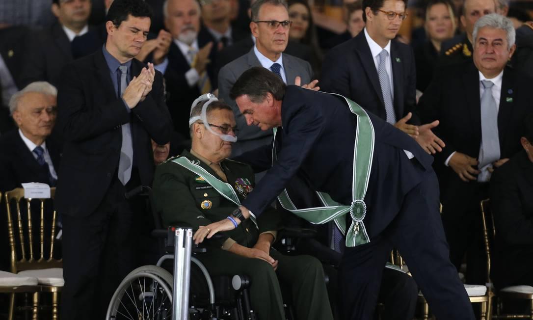 O presidente Jair Bolsonaro cumprimenta o general Eduardo Villas Boas na cerimônia de troca do comando do Exército Foto: Jorge William/Agência O Globo