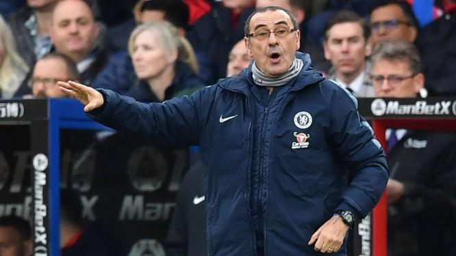 O técnico do Chelsea, Maurizio Sarri, gesticula durante uma partida do Campeonato Inglês Foto: BEN STANSALL / AFP