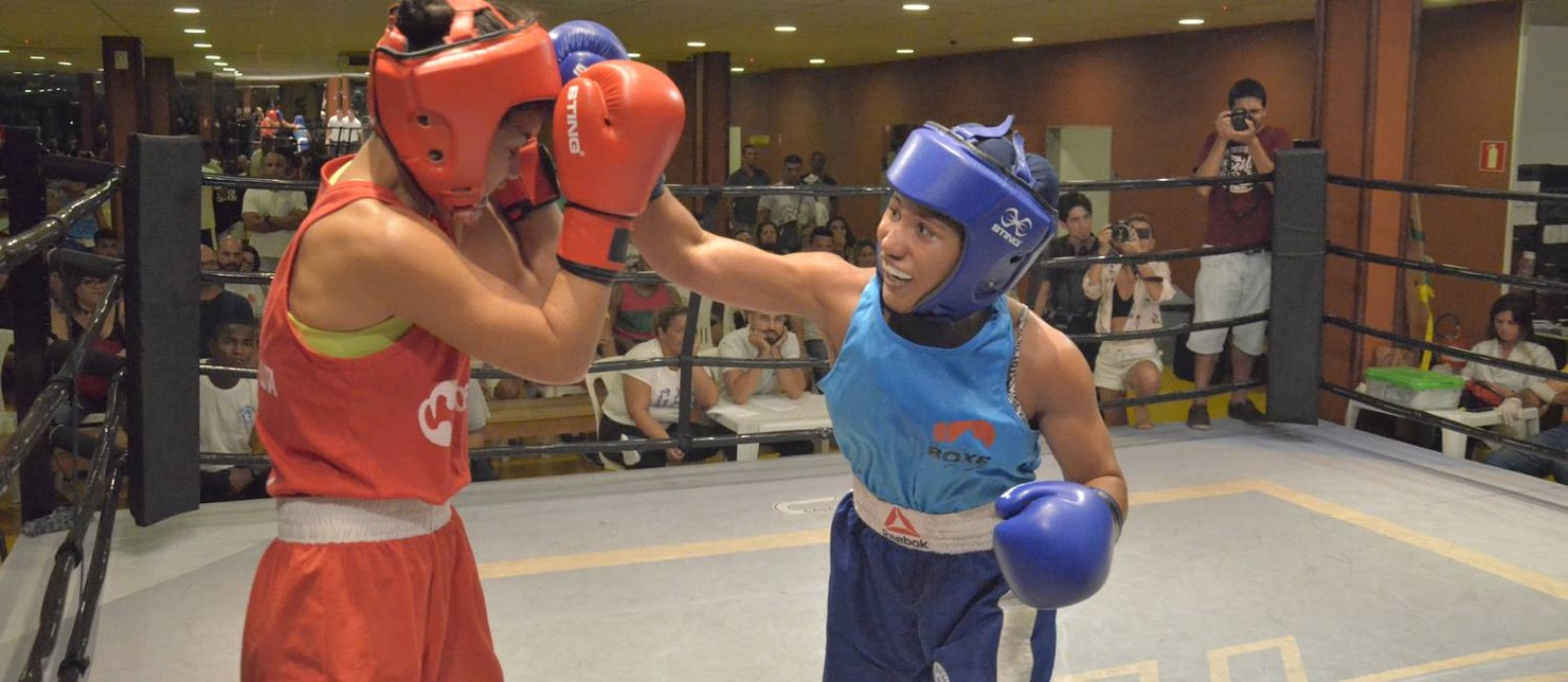 Rebeca Lima, à direita, em ação Foto: Divulgação/Federação de Boxe do Rio