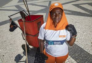 Funcionária da Comlurb, Rosa Conceição Benvindo Machado mora em Bangu e faz limpeza no calçadão central do Leme Foto: Ana Branco / Agência O Globo