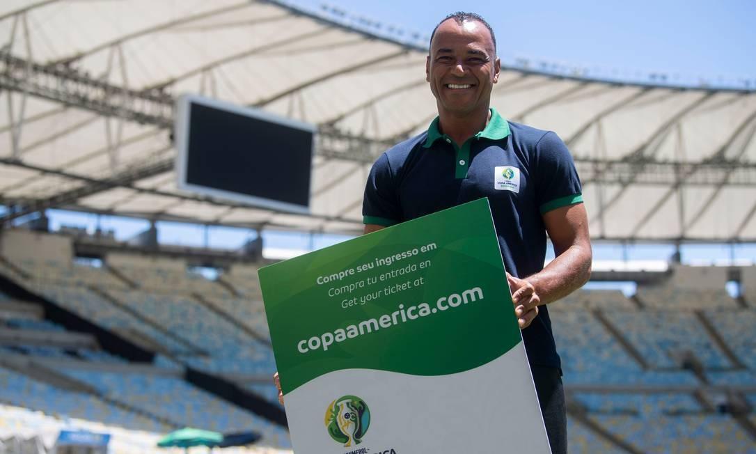Cafu posa com uma réplica gigante do ingresso da Copa América, no Maracanã Foto: MAURO PIMENTEL / AFP