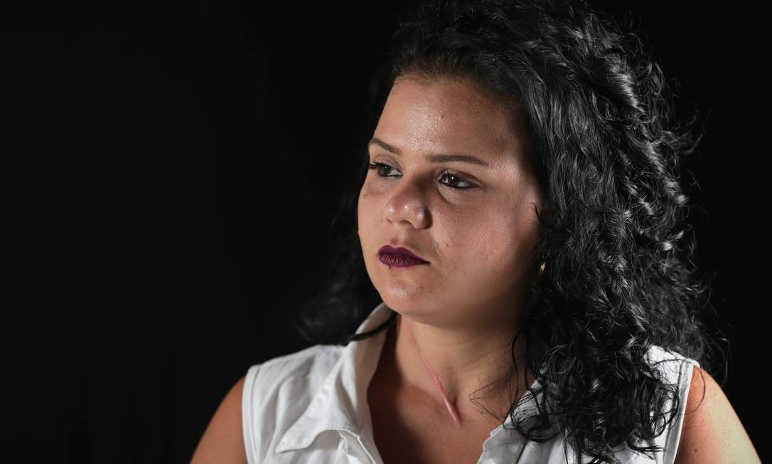 Kamila Oliveira levou duas facadas de seu ex-marido, foi desenganada pelos médicos, mas sobreviveu: