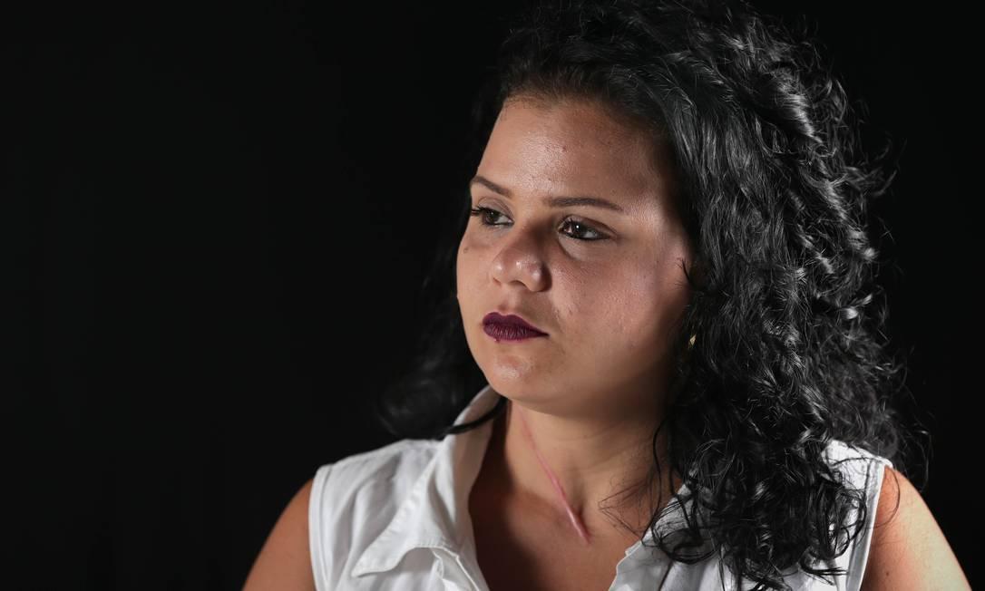 """Kamila Oliveira levou duas facadas de seu ex-marido, foi desenganada pelos médicos, mas sobreviveu: """"Falei: para, eu tenho duas filhas para criar"""" Foto: Márcio Alves / Agência O Globo"""