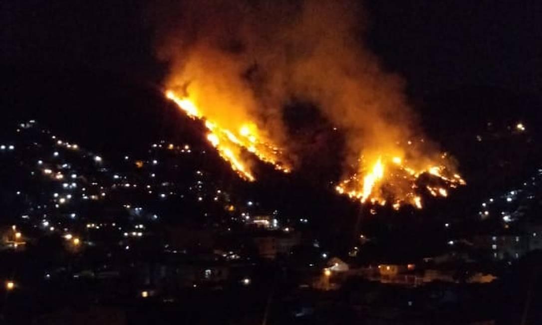 Faícas de fogos de artifício causam incêndio em mata entre os Morros São João e Macacos Foto: Diego Amorim / Agência O Globo