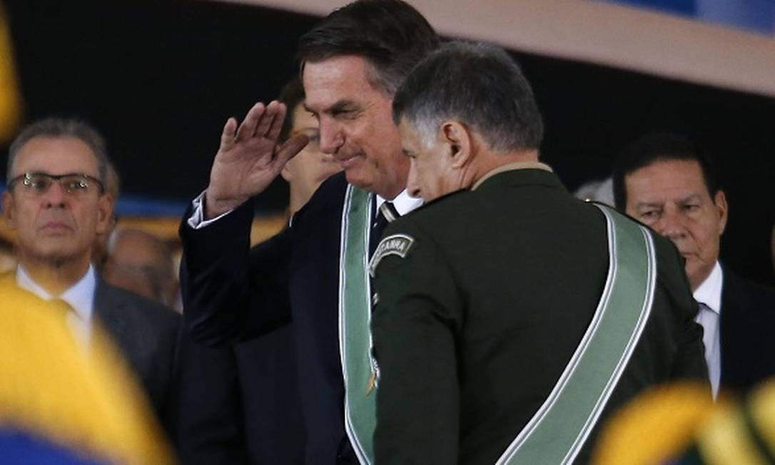 Presidente Jair Bolsonaro presta continência ao lado do novo comandante do Exército, o general Edson Leal Pujol. Os dois integram a turma formada pela Aman em 1977 Foto: Jorge William / Agência O Globo