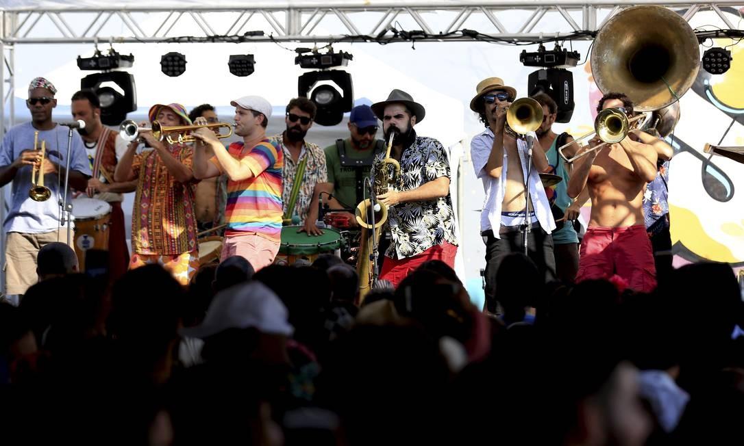 Em palco, Orquestra Voadora anima centenas de pessoas na Lagoa Foto: Marcelo Theobald / Agência O Globo