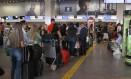 Aeroporto de Brasília. Embarque de passageiros: despacho de bagagem pode estar ou não incluído no valor do bilhete Foto: Jorge William / Agência O Globo