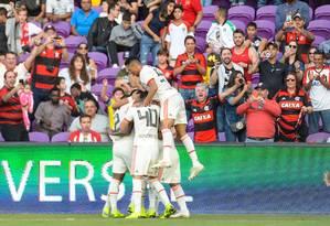 Jogadores do Flamengo se abraçam na comemoração do gol de Jean Lucas (encoberto) Foto: Alexandre Vidal/Flamengo