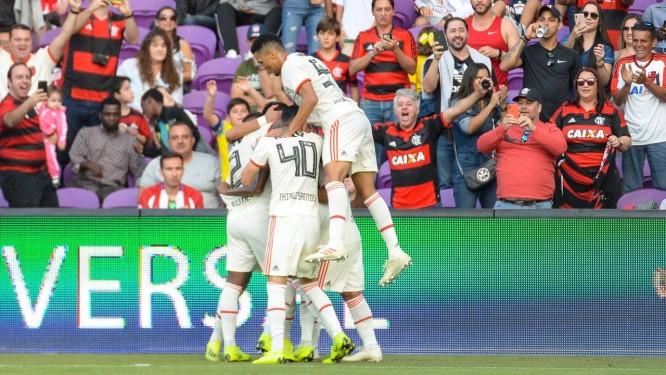 c1337f43bf Jogadores do Flamengo se abraçam na comemoração do gol de Jean Lucas  (encoberto) Foto