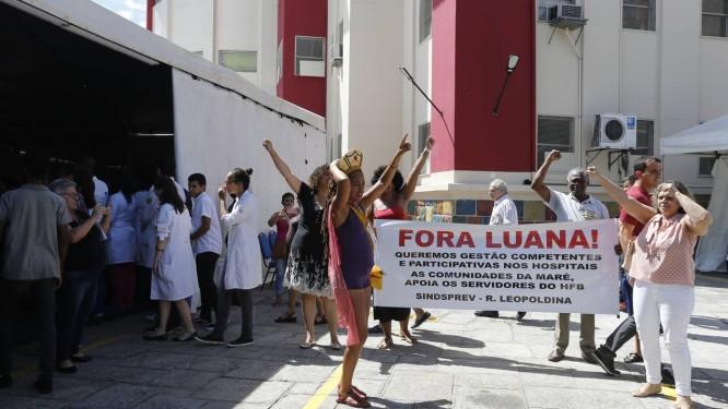 Funcionários revoltados acabaram com a festa de 71 anos do HFB na última sexta-feira; unidade apresenta problemas Foto: Domingos Peixoto / Agência O Globo