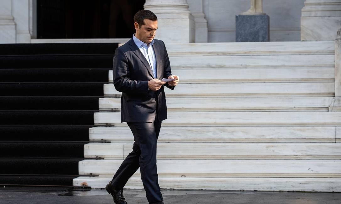 O primeiro-ministro grego Alexis Tsipras deixa o encontro em que o ministro da Defesa, Panos Kammenos, pediu demissão Foto: ANGELOS TZORTZINIS / AFP