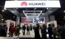 Participantes da CES 2019, principal feira de tecnologia do mundo, passam por um estande da Huawei Foto: Reuters