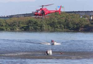 Um helicóptero da Polícia Militar caiu Linha na Vermelha, no trecho perto da Avenida Brigadeiro Trompowski, na Ilha do Governador. Bombeiros estão no local Foto: Fabiano Rocha / Agência O Globo