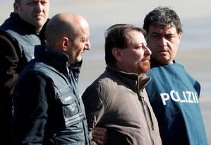 Cesare Battisti chegou no Aeroporto Ciampino, em Roma Foto: MAX ROSSI / REUTERS