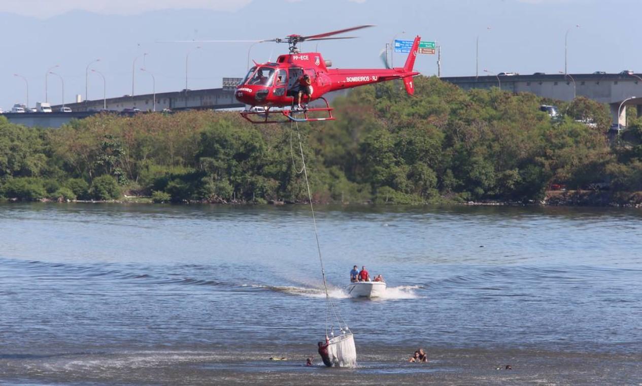 Um helicóptero da Polícia Militar caiu na Linha Vermelha, no trecho perto da Avenida Brigadeiro Trompowski, na Ilha do Governador, na Zona Norte do Rio Foto: Fabiano Rocha / Agência O Globo