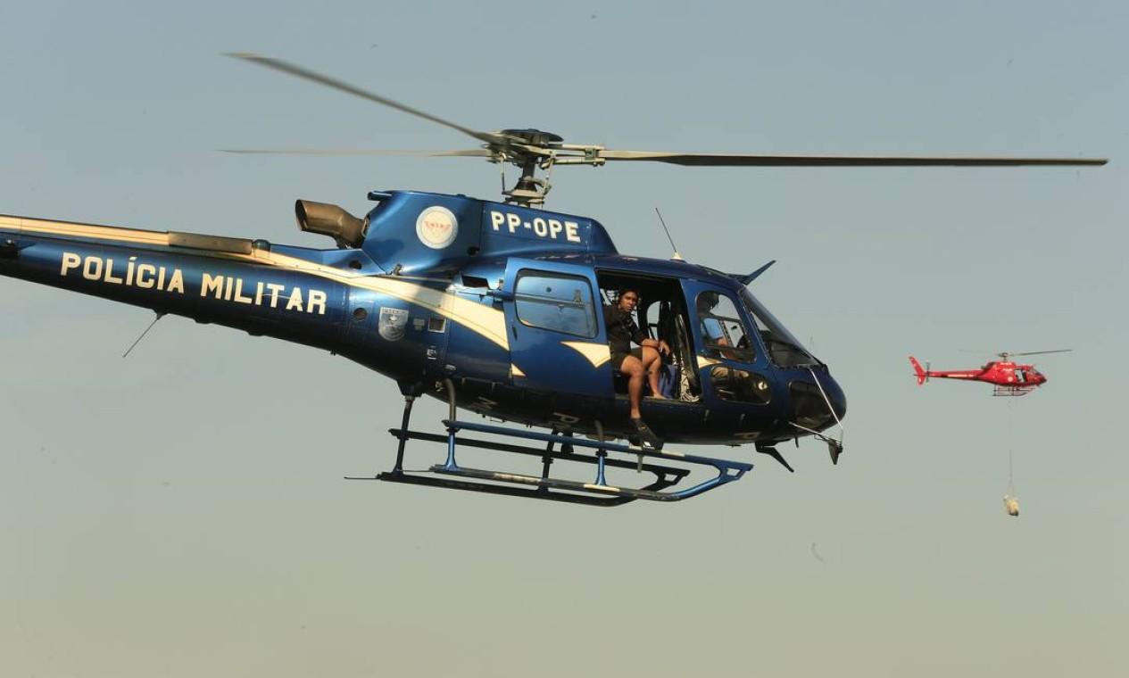 O GAM e o Corpo de Bombeiros fizeram operação de resgate e socorro dos tripulantes Foto: Roberto Moreyra / Agência O Globo