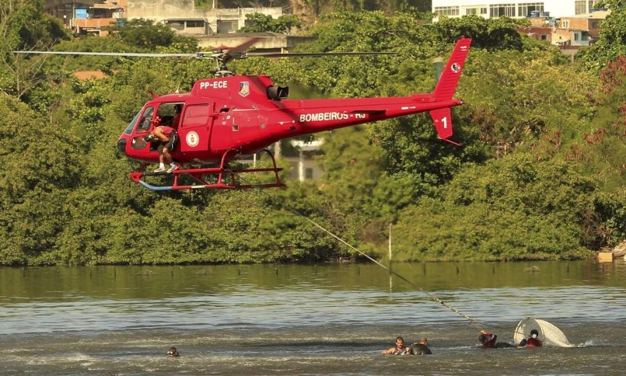 A aeronave do Grupamento Aeromóvel estava fazendo um patrulhamento quando caiu na Baía de Guanabara Foto: Roberto Moreyra / Agência O Globo
