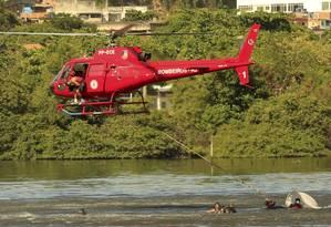A aeronave do Grupamento Aeromóvel estava fazendo um patrulhamento quando caiu na Baía de Guanabara Foto: Agência O Globo