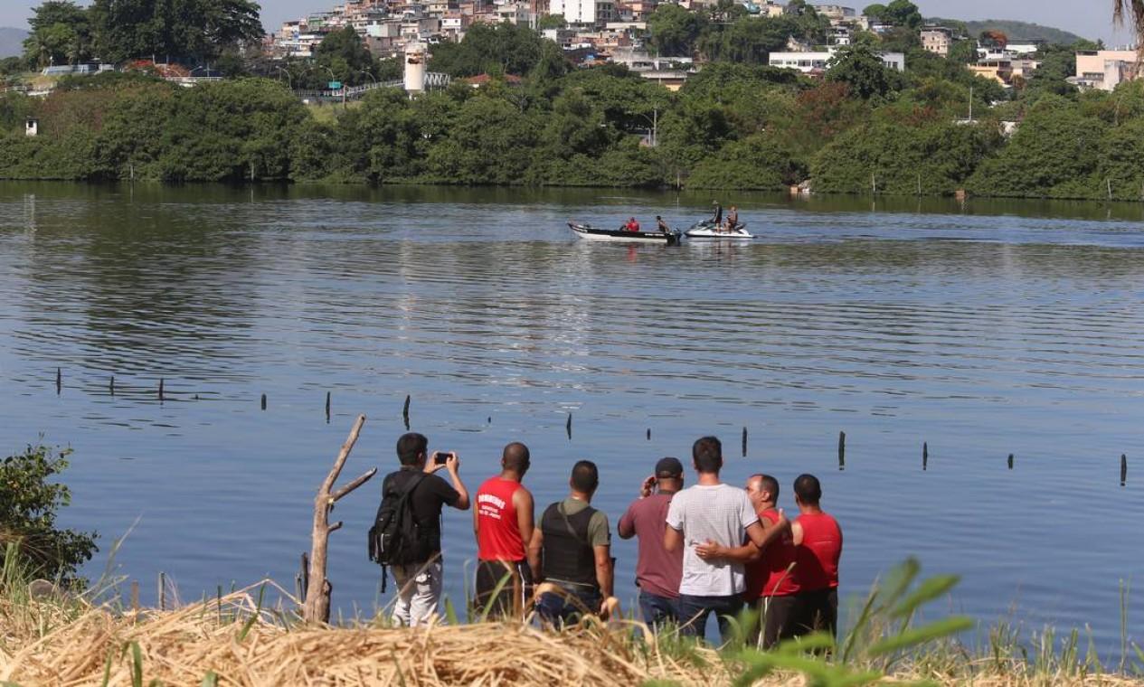 Tripulantes acidentados estão sendo encaminhados para o Hospital Central da Polícia Militar Foto: Fabiano Rocha / Agência O Globo