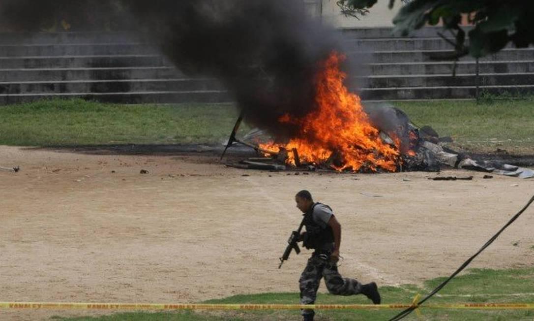 Após ser alvejado por criminosos, helicóptero da PM explodiu na Zona Norte do Rio, em 2009. Foto: Agência O Globo