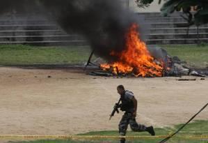Após ser alvejado por criminosos, helicóptero da PM explodiu na Zona Norte do Rio, em 2009. Foto: Márcia Foletto / Agência O Globo