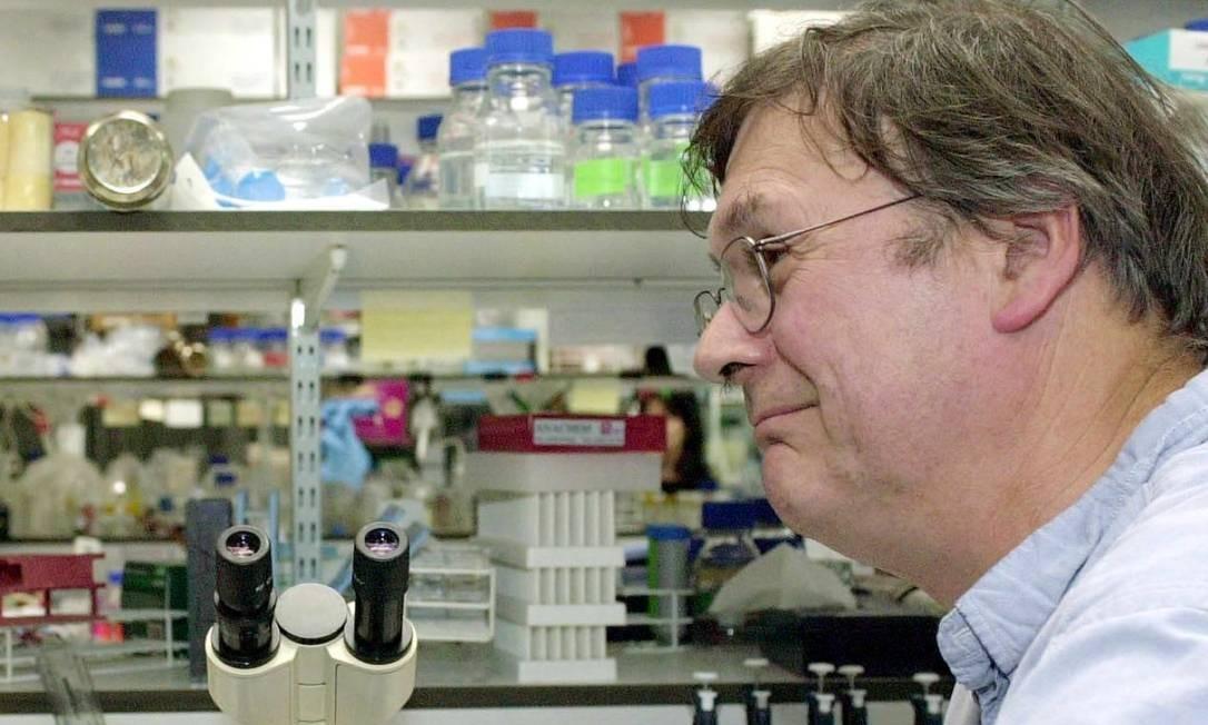 """Tim Hunt, vencedor do Nobel de Medicina em 2001, afirmou em uma palestra que o problema de trabalhar com mulheres cientistas é que elas """"choram"""" quando criticadas e """"se apaixonam"""" por seus colegas; a polêmica em torno das declarações o levou a renunciar a seu cargo no University College de Londres Foto: Johnny Green / AFP/08-10-2001"""