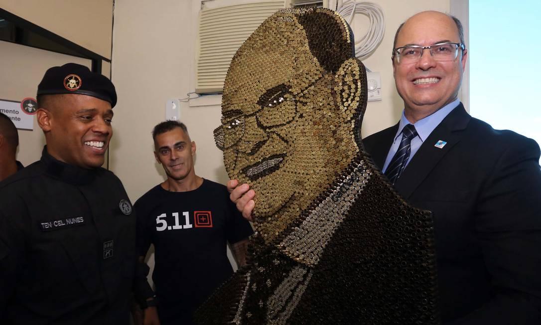 Após a cerimônia na sede do Bope, Witzel ainda recebeu um quadro de sua face, feito com cápsulas Foto: Carlos Magno / Divulgação - 14/01/2019