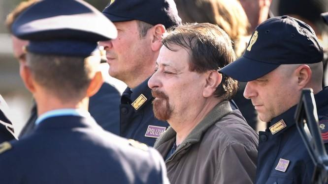 O ex-guerrilheiro Cesare Battisti é escoltado por policiais a caminho da prisão Foto: Alberto Pizzoli/AFP