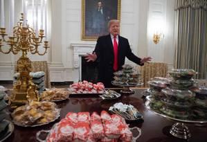 Presidente dos EUA, Donald Trump serve fast food em reunião com atletas universitários na Casa Branca Foto: SAUL LOEB / AFP