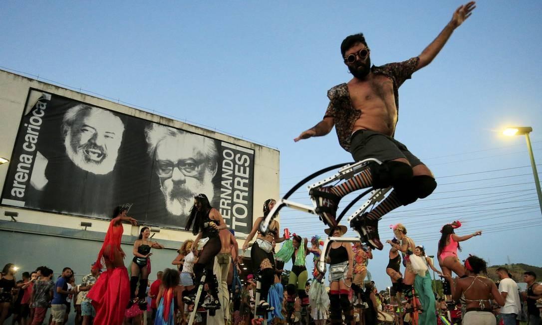 Pernalta fica no ar no ensaio da Orquestra Voadora no Parque de Madureira Foto: Roberto Moreyra