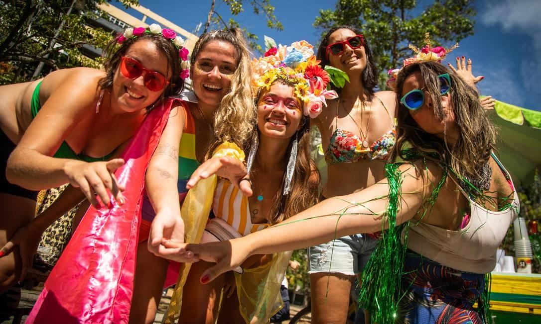 Flores para todos os lados na abertura não oficial do carnaval, no cortejo do Vem Cá Minha Flor Foto: Agência O Globo